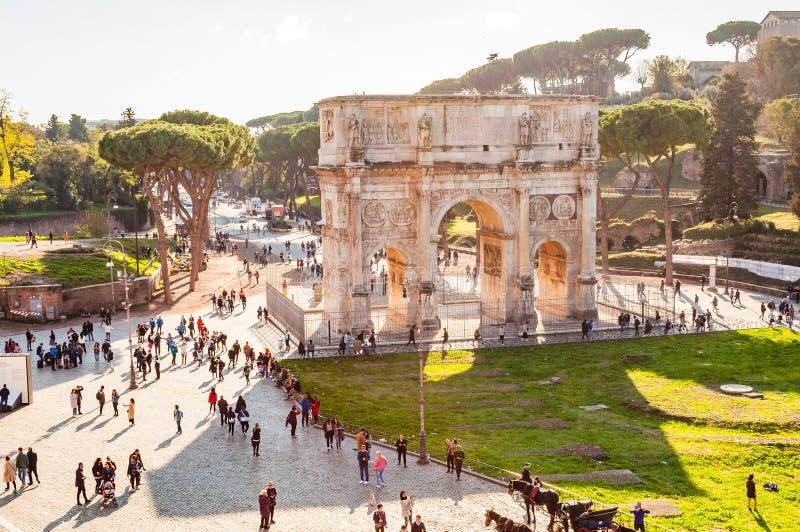 La gente que camina alrededor del arco de Constantina, Arco di Constantino, es un arco triunfal en Roma, situada entre el Colosse imagen de archivo