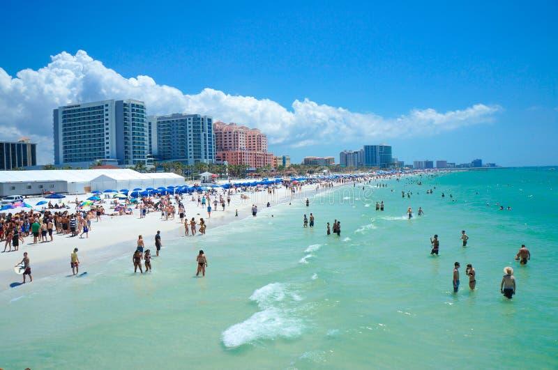 La gente que goza del agua y de la playa y el horizonte en Clearwater varan la Florida, vacaciones de primavera fotografía de archivo