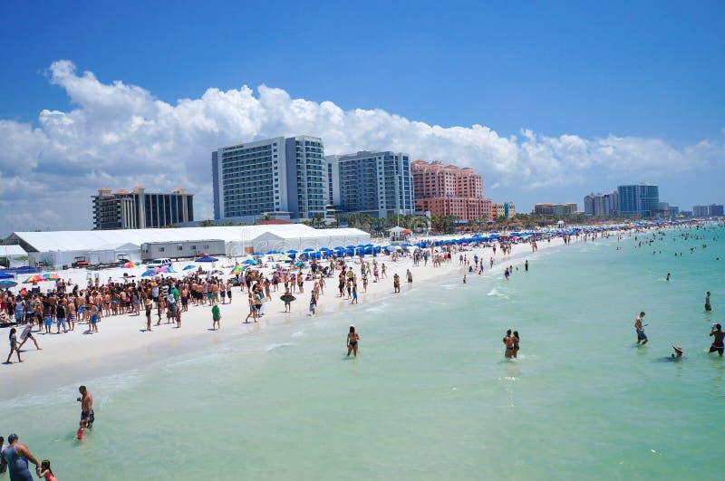 La gente que goza del agua y de la playa y el horizonte en Clearwater varan la Florida, vacaciones de primavera foto de archivo libre de regalías