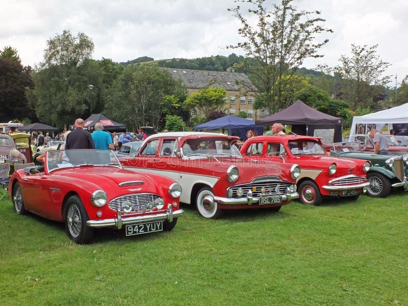 La gente que mira los coches en el parque público hebden fin de semana anual del vintage del puente imagenes de archivo