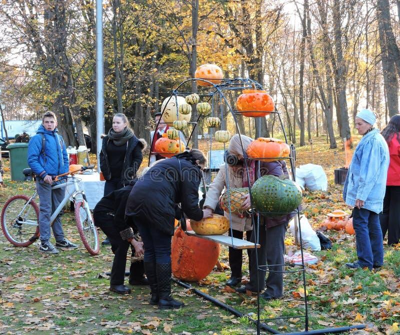 La gente que se prepara para Halloween celebra, Lituania foto de archivo