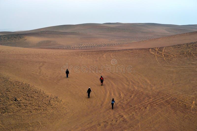 La gente que sube a la duna de arena en Paracas abandona, AIC, Perú fotografía de archivo