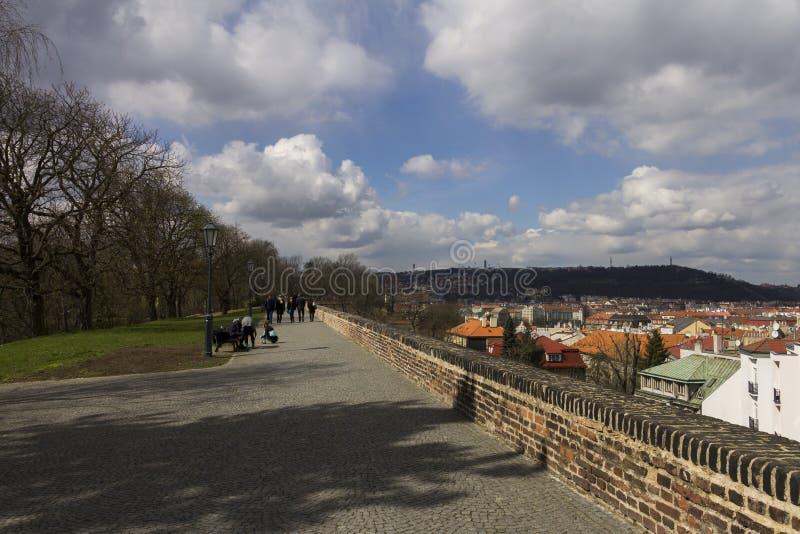La gente que tarda una primavera temprana camina en un parque bonito asociado a la fortaleza anterior de Vysehrad foto de archivo libre de regalías