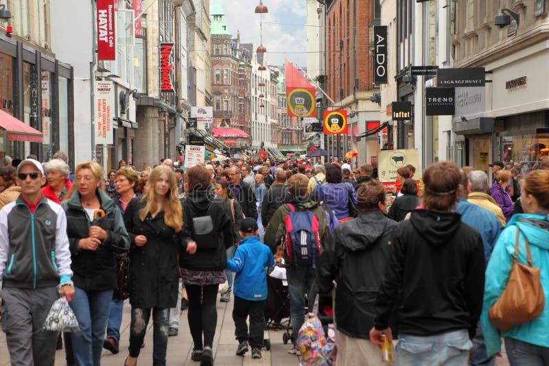 La gente recorre abajo de la calle de Stroget imagen de archivo libre de regalías