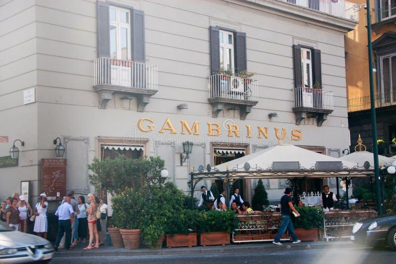 La gente resta al vecchio caffè Gambrinus sulla piazza Trieste Trento immagini stock