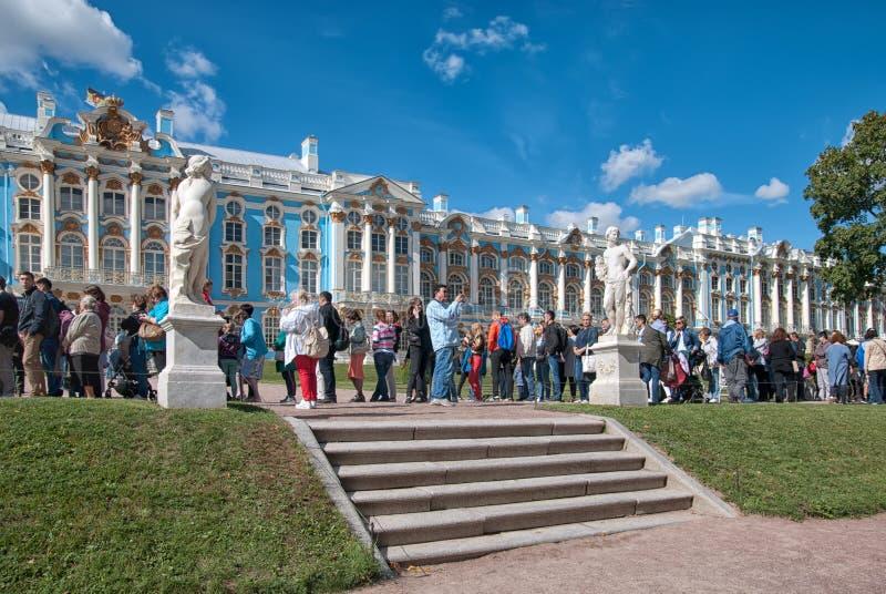 La gente resta nella linea pushkin Tsarskoye Selo La Russia immagini stock