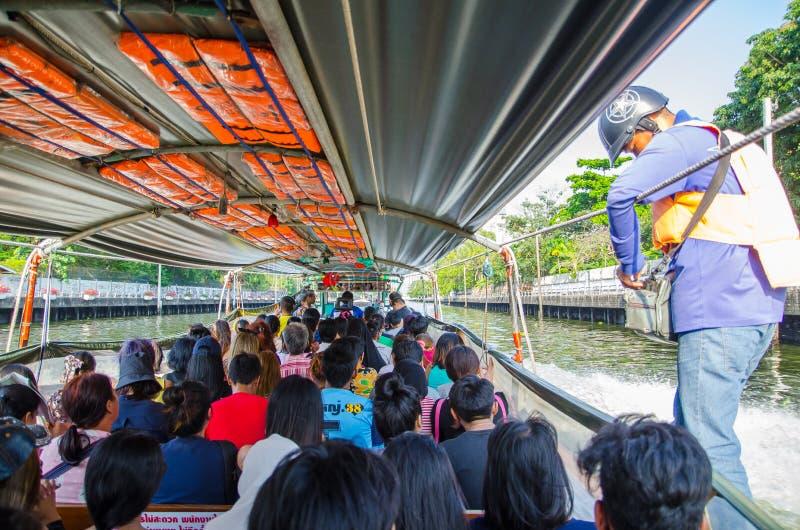 La gente resta sulla barca pubblica durante l'ora di punta e l'acquisto del biglietto mentre funzionamento della barca sul canale fotografia stock libera da diritti
