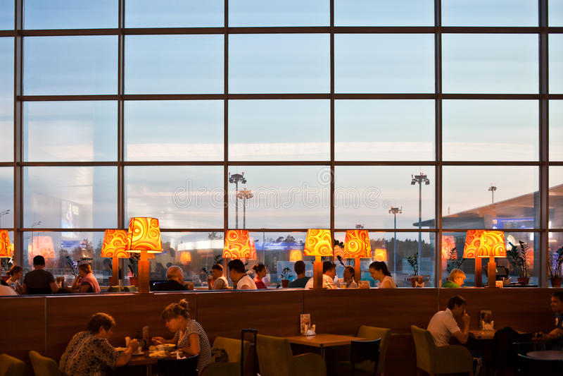 La gente in ristorante all'aeroporto immagini stock libere da diritti