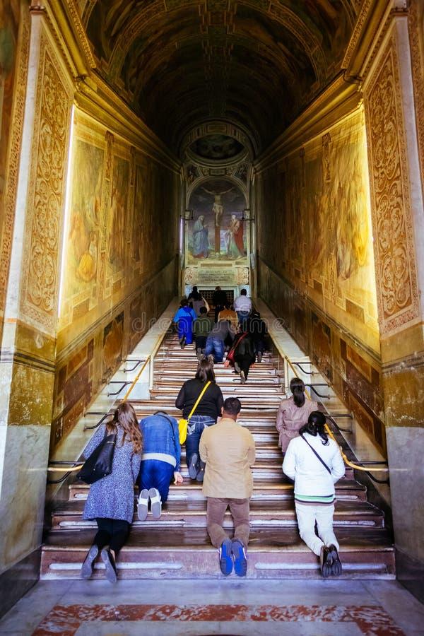La gente ruega en las escaleras santas, Scala Papá Noel, en Roma, Italia fotografía de archivo