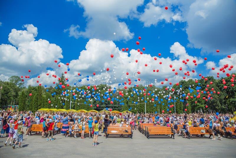 La gente scarica le palle nel cielo immagini stock