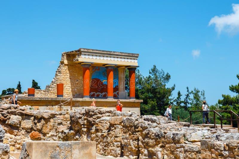 La gente sconosciuta visita le rovine antiche del palazzo famoso di Minoan di Cnosso, l'isola di Creta, Grecia fotografia stock