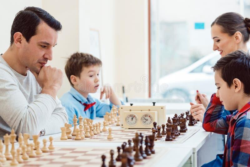 La gente a scuola di scacchi fotografie stock