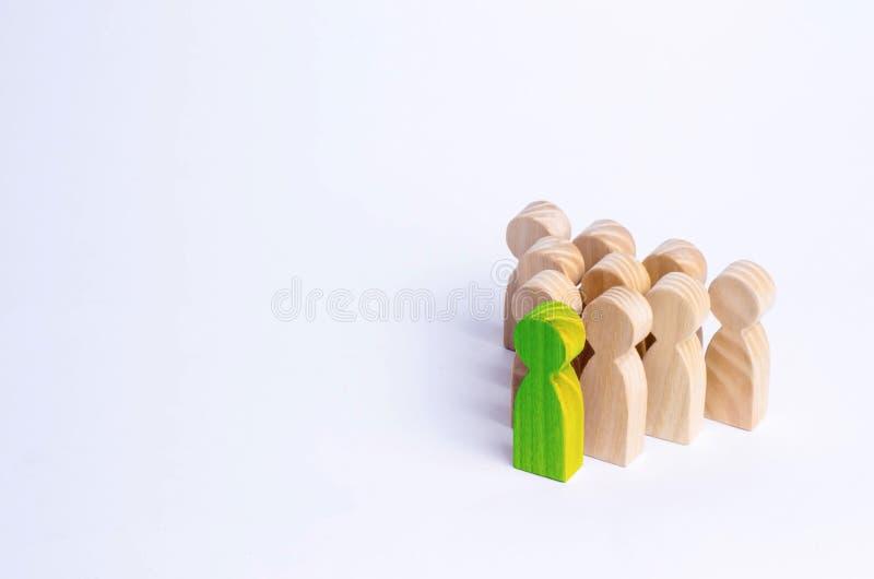 La gente se coloca en la formación de los pernos Un juego de bouwling W imagen de archivo libre de regalías