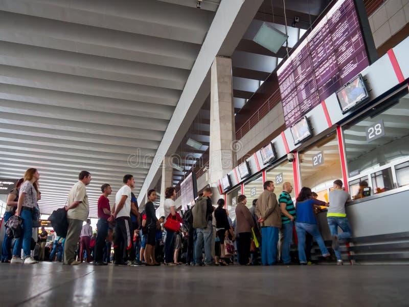 La gente se coloca en la cola para boletos en el ferrocarril de Kursky del contador de boleto, Moscú imagen de archivo