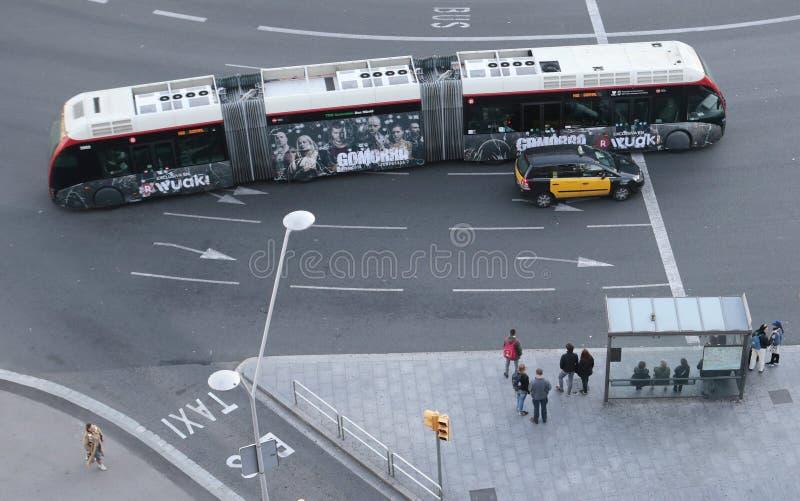 La gente se coloca en una parada de autobús en Barcelona imagen de archivo libre de regalías