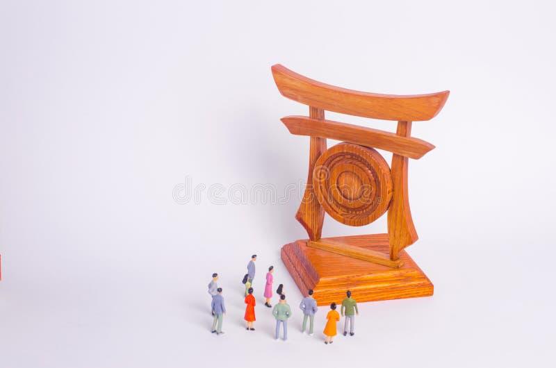 La gente se está colocando cerca de las vistas Una muchedumbre de turistas que miran las puertas japonesas chinas El concepto de  foto de archivo libre de regalías