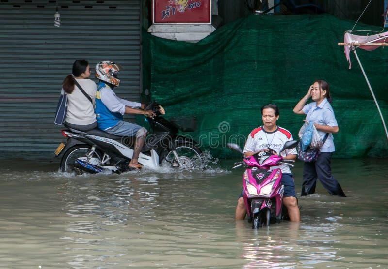 La gente se está moviendo en una calle inundada, Tailandia imágenes de archivo libres de regalías