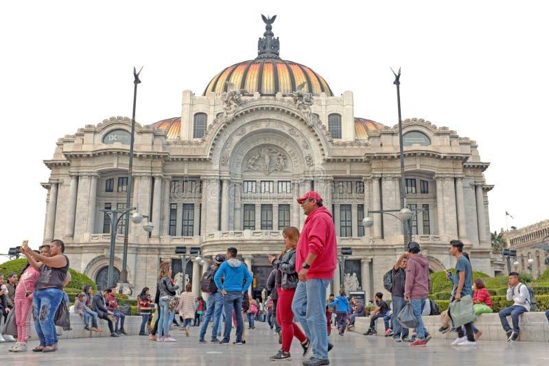 La gente se junta fuera del art nouveau Palacio de Bella Artes en Ciudad de México, México fotos de archivo