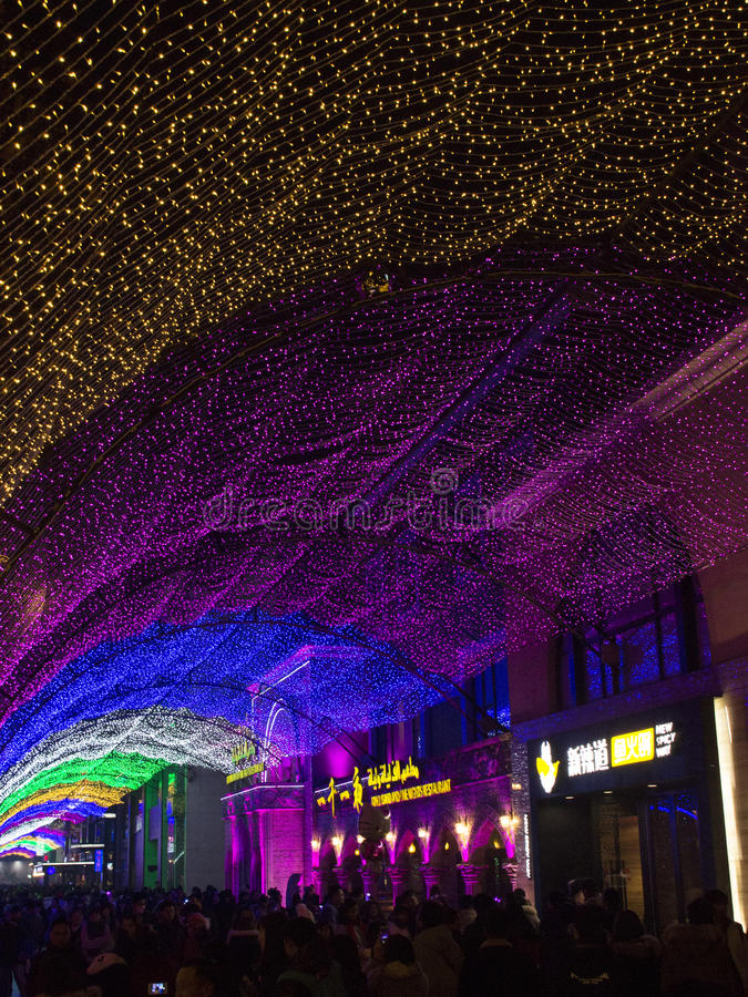 La gente se reúne a la alameda de compras durante período del Año Nuevo en Pekín, China fotos de archivo