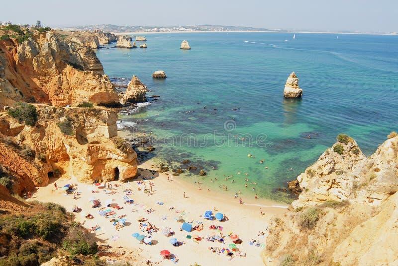La gente se relaja en la playa de DA Dona Ana del Praia en Lagos, Portugal imagenes de archivo