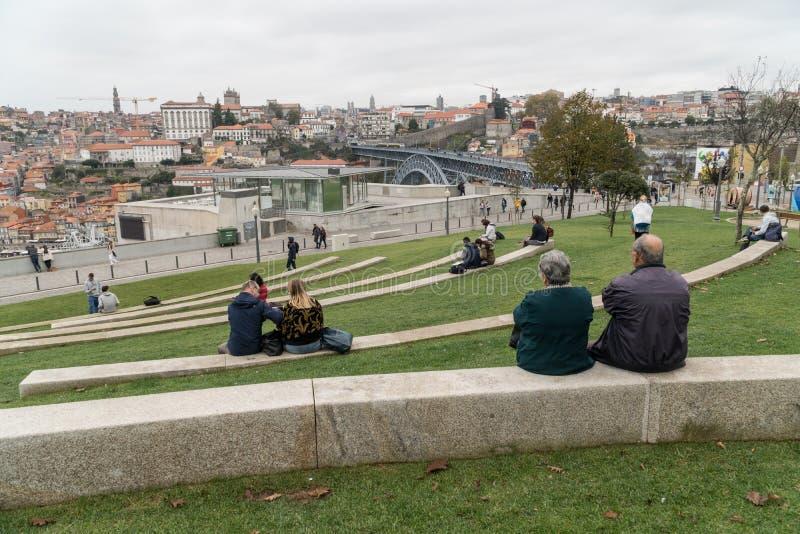 La gente se relaja en un parque de Vila Nova de Gaia con una opinión sobre Dom L imágenes de archivo libres de regalías