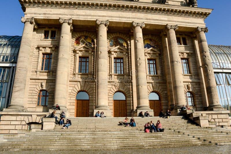La gente se sienta en los pasos detrás del ministro bávaro oficina del ` s del presidente fotos de archivo libres de regalías