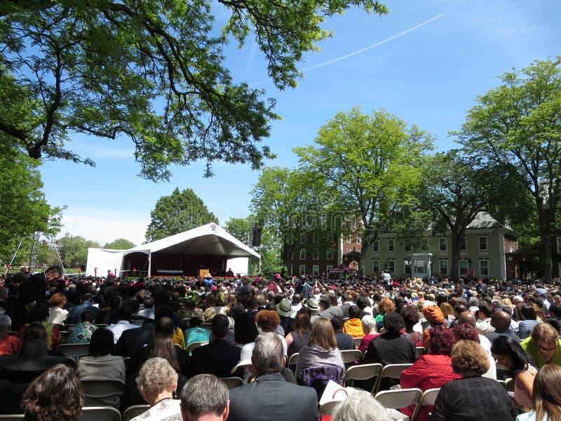 La gente se sienta en sillas como estudiantes de Harvard Business de Harvard Uni imagenes de archivo