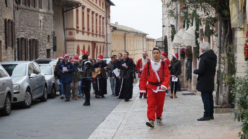 La gente se viste como juego de Papá Noel en Milán, Italia foto de archivo libre de regalías