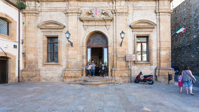La gente si avvicina al palazzo della città nella città di Armerina della piazza fotografia stock libera da diritti