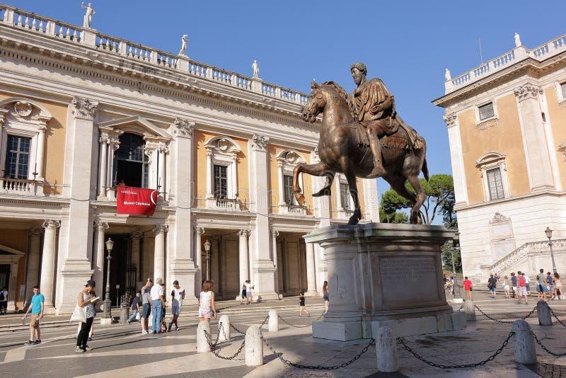 La gente si avvicina alla statua di Marcus Aurelius su una collina di Capitoline fotografie stock libere da diritti