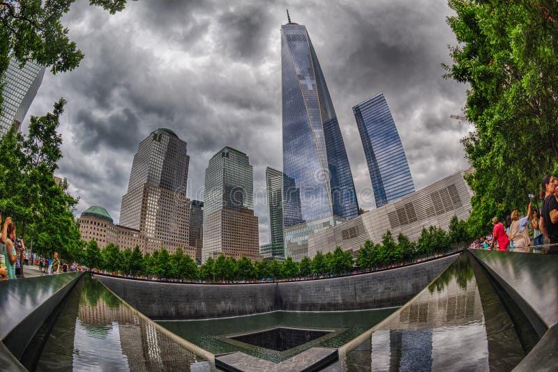 La gente si avvicina alla torre di libertà e a 9/11 di memoriale fotografia stock libera da diritti