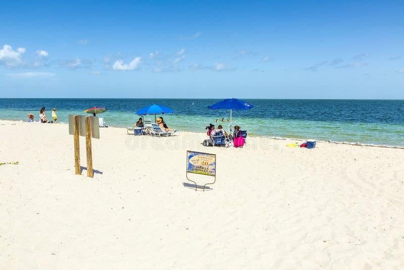 La gente si rilassa alla spiaggia del parco di Crandon immagine stock