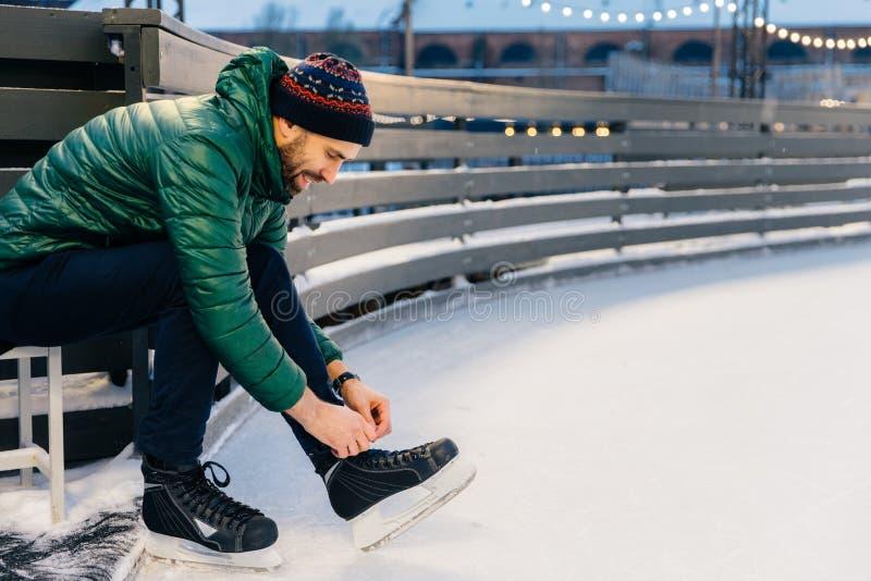 La gente, sport, inverno, concetto di svago Maschio delizioso sorridente immagini stock libere da diritti