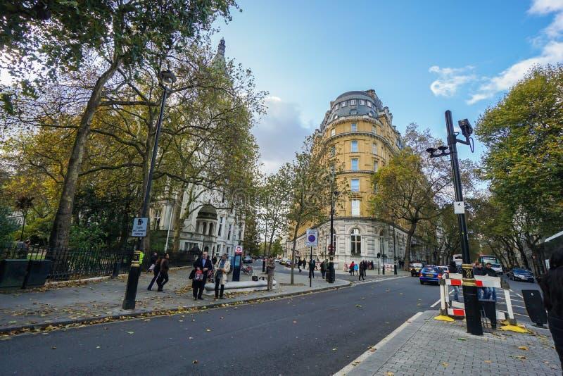La gente sta al sentiero per pedoni per l'attraversamento della strada vicino al ponte dorato di giubileo a Londra immagini stock