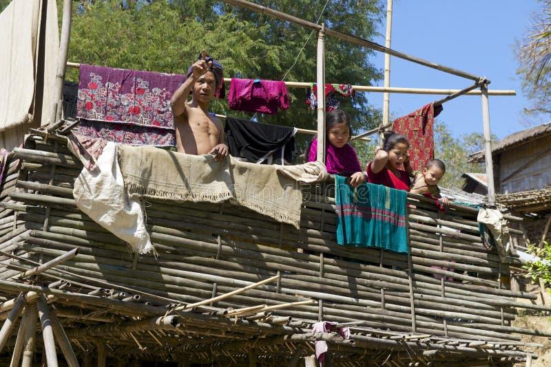 La gente sta alla casa della tribù della collina di Marma, Bandarban, Bangladesh immagini stock