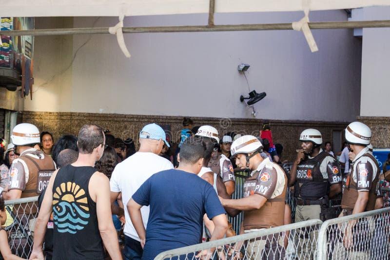 La gente sta andando celebrare il carnevale in Salvador Bahia, Brasile immagini stock libere da diritti