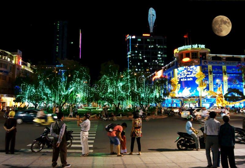 La gente sta camminando alla notte a Ho Chi Minh City fotografia stock
