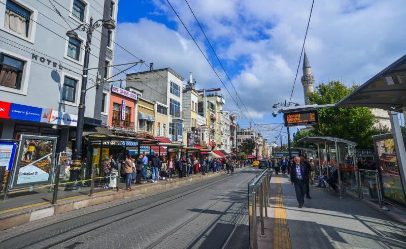 La gente sta camminando sulla via di Istiklal fotografia stock