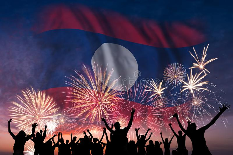 La gente sta considerando i fuochi d'artificio e la bandiera del Laos immagine stock