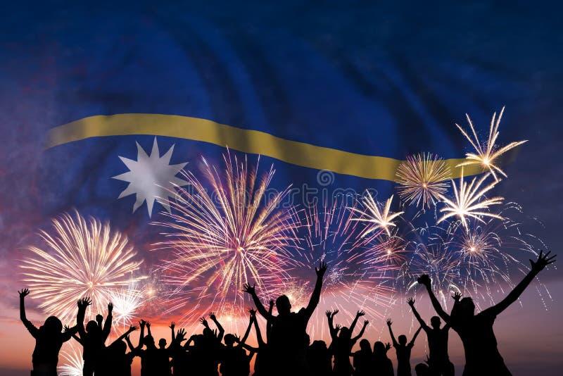 La gente sta considerando i fuochi d'artificio e la bandiera del Nauru illustrazione vettoriale