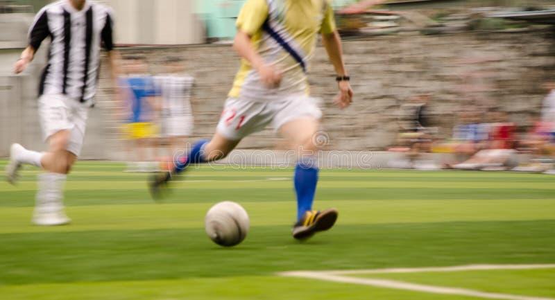 La gente sta giocando a calcio immagine stock