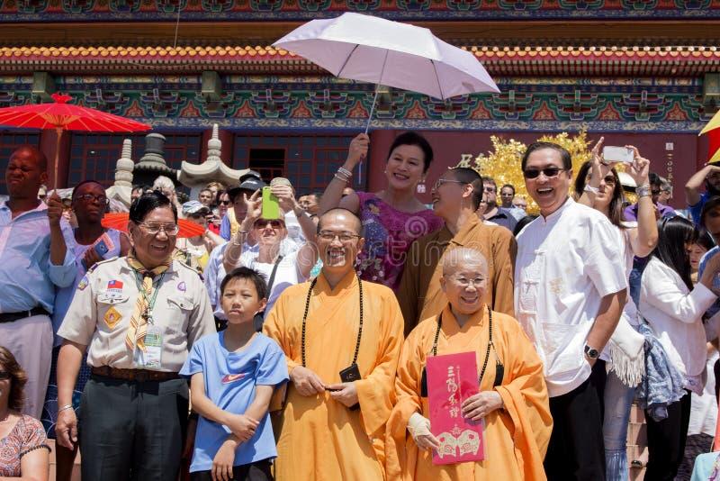 La gente sta guardando la parata cinese del nuovo anno fotografie stock