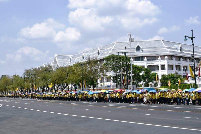 la gente sta nella fila a schermare il punto per Sua Maestà benvenuta il re nell'incoronazione di re Rama immagini stock libere da diritti
