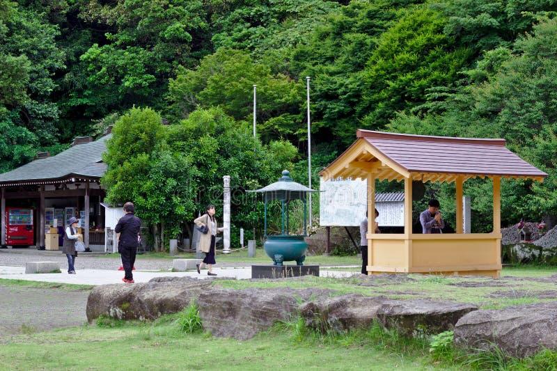 La gente sta pregando al santuario shintoista nel Giappone immagine stock