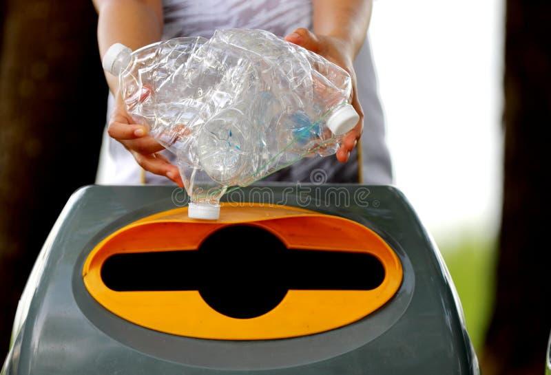 La gente sta raccogliendo le bottiglie di plastica per riciclare fotografie stock libere da diritti