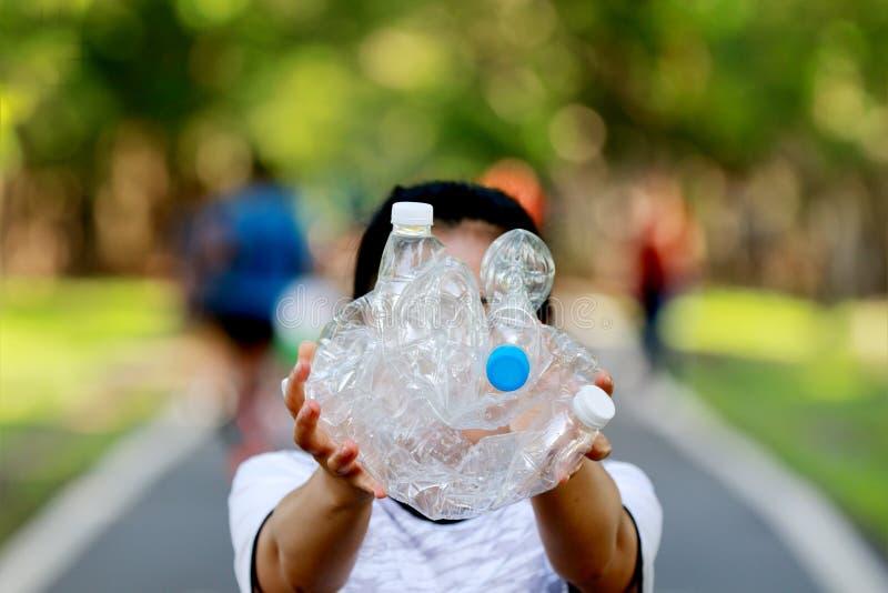La gente sta raccogliendo le bottiglie di plastica per riciclare fotografie stock