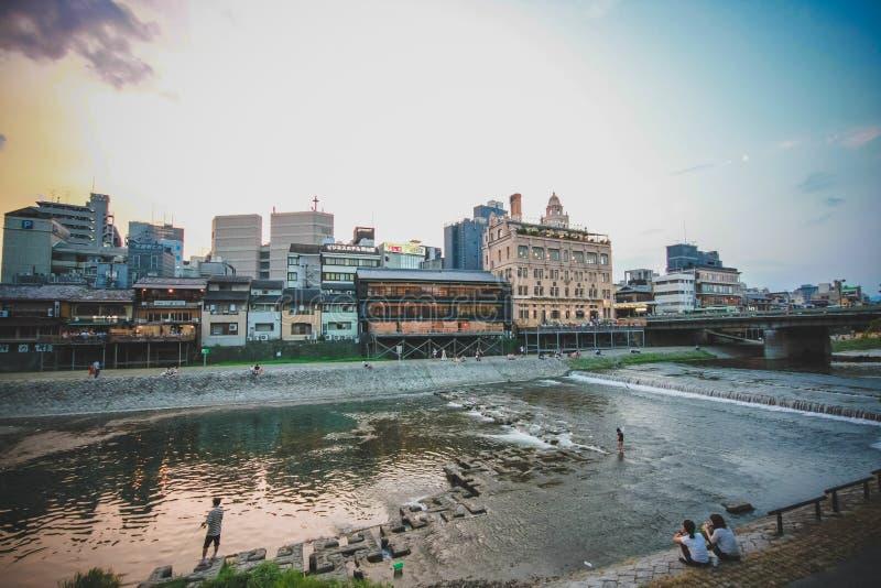 La gente sta rilassando il fiume vicino a Kyoto fotografie stock