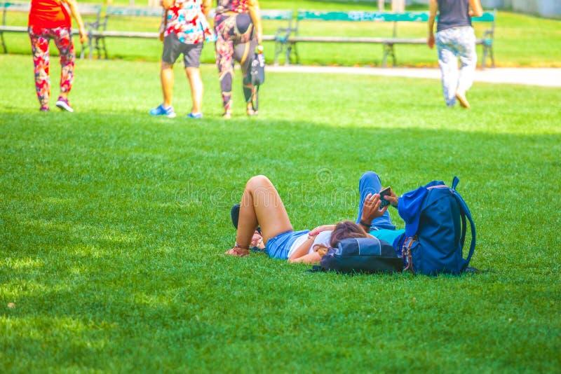 La gente sta rilassando nel parco pubblico della città a Vienna, Austria fotografia stock libera da diritti