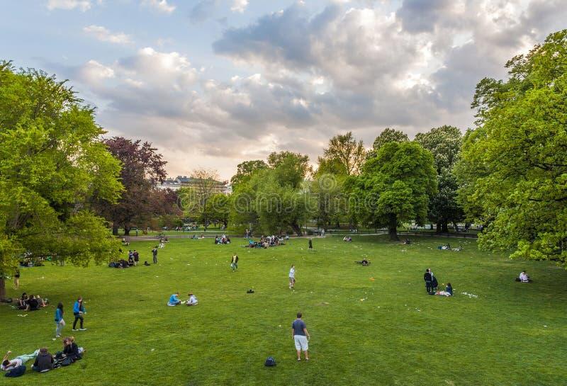 La gente sta rilassando nel parco pubblico della città a Vienna, Austria immagini stock