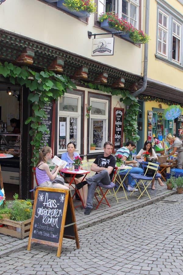 La gente sta rilassando su un terrazzo al ponte famoso dei commercianti nella vecchia città di Erfurt, Germania fotografie stock